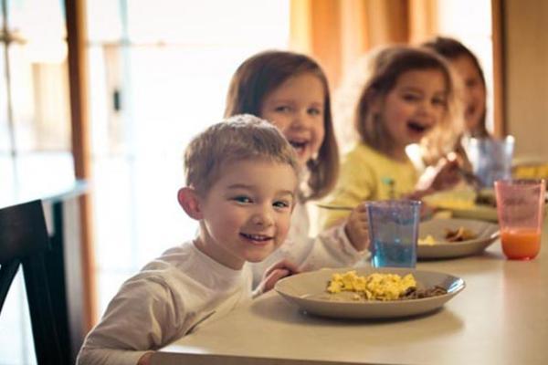 795-children-eating-breakfast