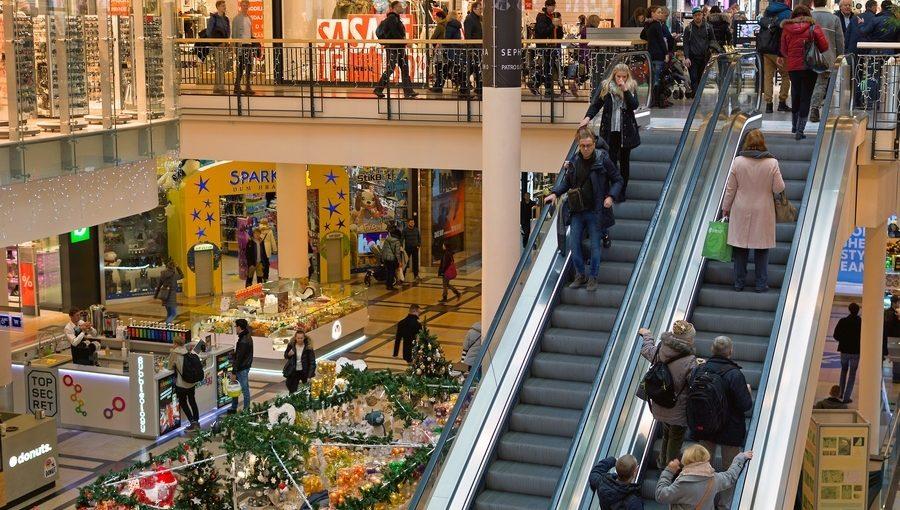 Swiateczne-zakupy-w-centrum-handlowym